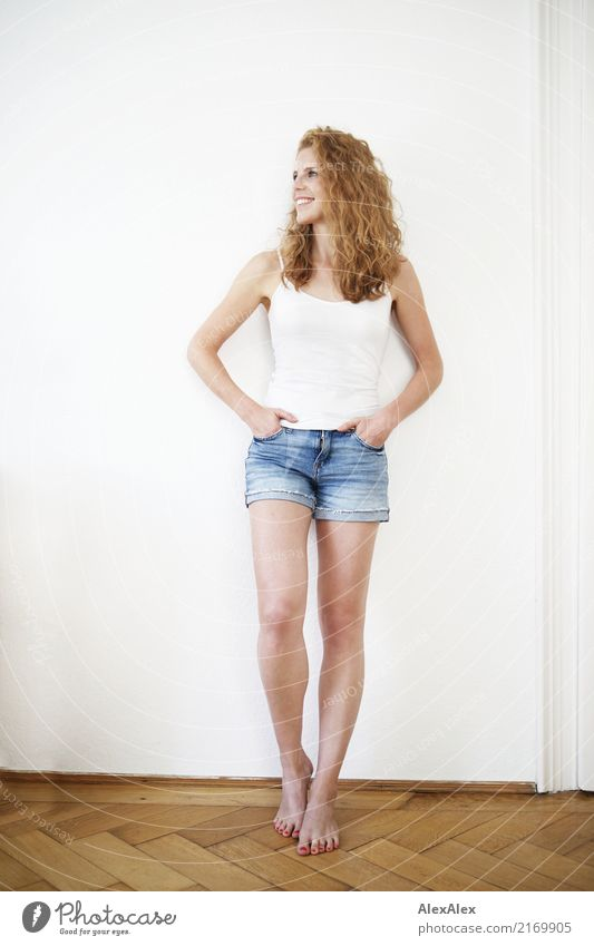steht da Stil Glück schön Körper Leben Wohlgefühl Wohnung Raum Parkett Junge Frau Jugendliche Beine 18-30 Jahre Erwachsene Hotpants Top Barfuß rothaarig
