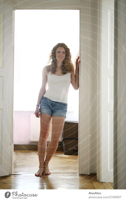 Alles gut Jugendliche Junge Frau Stadt schön 18-30 Jahre Erwachsene Beine natürlich Stil Glück Wohnung Häusliches Leben Körper Raum Tür ästhetisch