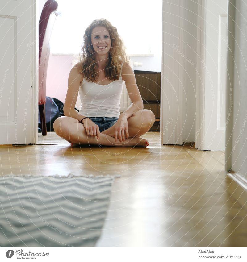zu Hause ist's am schönsten Lifestyle Freude Wohlgefühl Zufriedenheit Wohnung Parkett Altbauwohnung Junge Frau Jugendliche 18-30 Jahre Erwachsene Top Hotpants