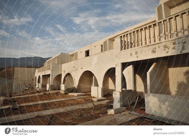 Nix, aber günstig! alt Himmel Sommer Ferien & Urlaub & Reisen Haus Wolken Wand Mauer Gebäude dreckig Architektur Fassade Tourismus kaputt Hotel