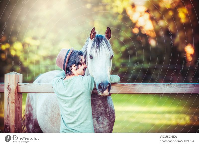 Jungen Mann umarmt ein Pferd Lifestyle Freude Freizeit & Hobby Sommer Winter Reitsport Mensch maskulin Junger Mann Jugendliche Natur Tier Liebe positiv Gefühle