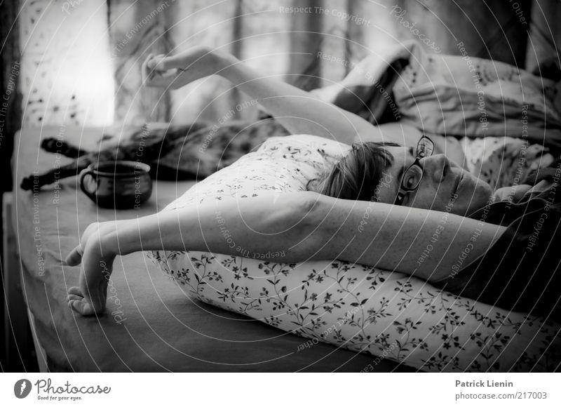 Aufstehen! Katze Mensch Frau Jugendliche schön Tier ruhig Gesicht Erwachsene Erholung träumen Stimmung Zusammensein Arme schlafen Brille