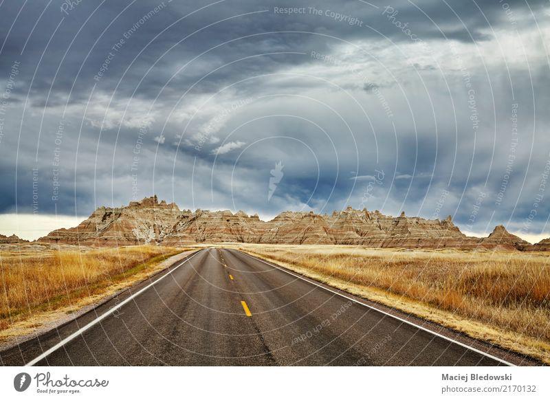 Szenische Straße im Ödland-Nationalpark mit stürmischem Himmel. Ferien & Urlaub & Reisen Ausflug Abenteuer Freiheit Sightseeing Berge u. Gebirge Tapete