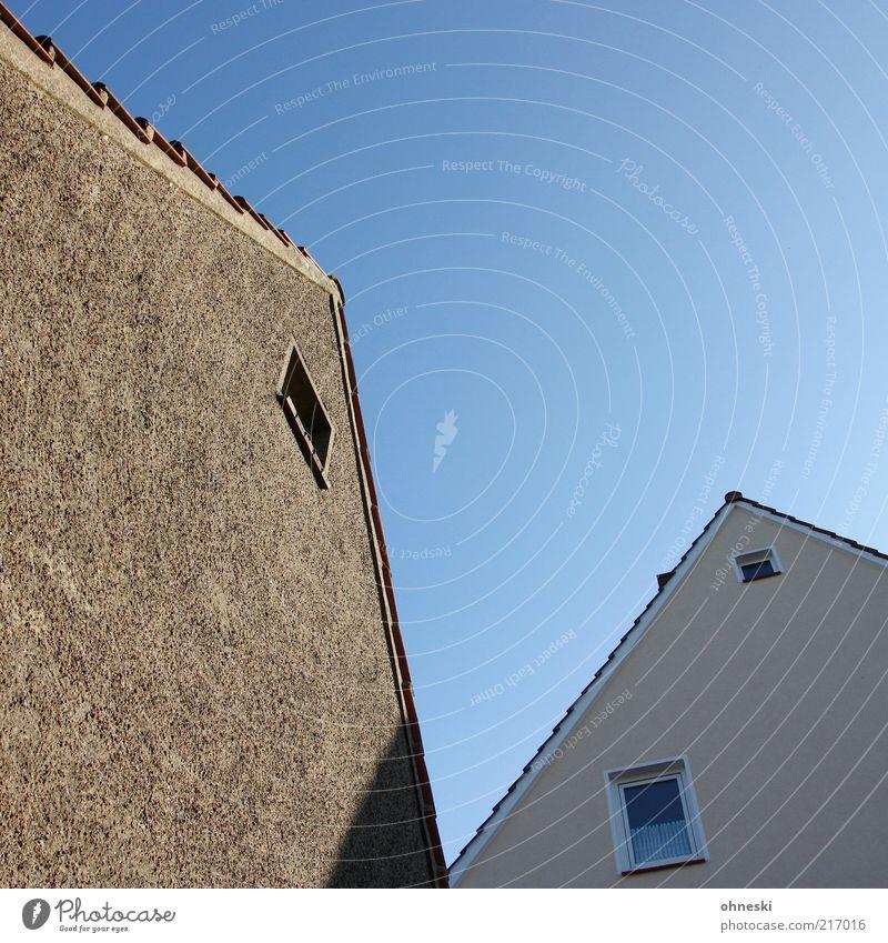 V Haus Einfamilienhaus Gebäude Architektur Mauer Wand Fassade Fenster Dach blau Heimat himmelblau Himmel Farbfoto Textfreiraum oben Licht Schatten Kontrast