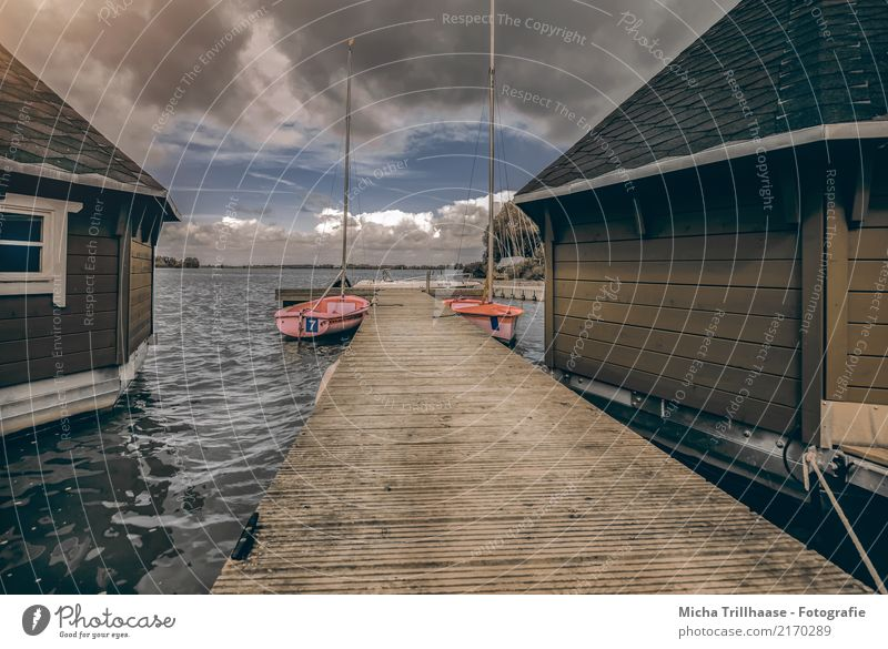 Bootshäuser und Segelboote am Steg Himmel Natur Ferien & Urlaub & Reisen blau Wasser Landschaft rot Haus Wolken dunkel Sport Tourismus See braun