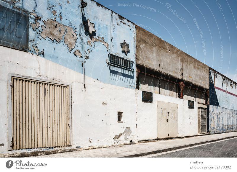Gewerbegebiet Stadt Menschenleer Haus Gebäude Mauer Wand Fassade Fenster Tür alt trist blau braun grau weiß Tor Stern Backside Air Farbfoto Gedeckte Farben