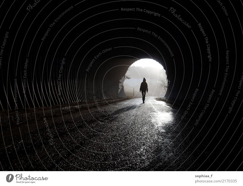 Licht am Ende des Tunnels, Silhouette geht durch die Dunkelheit Stollen Depression Geisteskrankheit einsam Mensch Angst niemals aufhören Hoffnung