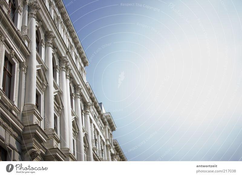 Himmer voller Säulen weiß Stadt blau Haus Gebäude hell Architektur Fassade ästhetisch Bauwerk Wolkenloser Himmel