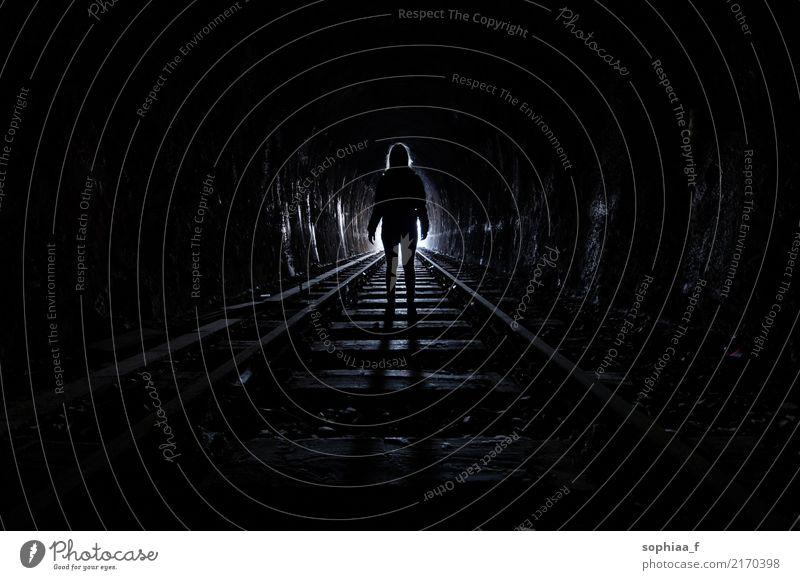 underground Mensch 1 Tunnel Schienenverkehr Gleise stehen Traurigkeit bedrohlich dunkel schwarz Hoffnung Tod Sehnsucht Fernweh Einsamkeit Angst Todesangst