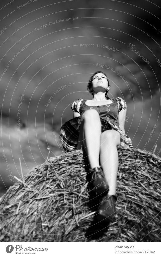 blutschwester 2 feminin Junge Frau Jugendliche Erwachsene 1 Mensch 18-30 Jahre Natur Luft Himmel Schönes Wetter Wind atmen Lächeln sitzen Trachtenkleid Beine