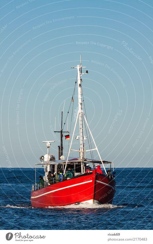 Ein Fischerboot auf der Ostsee vor Warnemünde Natur Ferien & Urlaub & Reisen blau Wasser Meer rot Umwelt Küste Tourismus Wasserfahrzeug Tradition