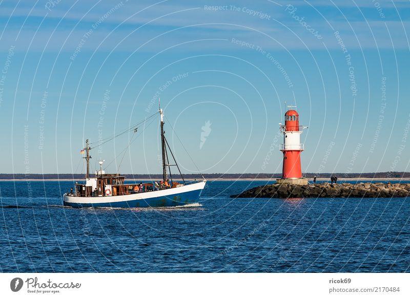 Ein Fischerboot an der Mole von Warnemünde Erholung Ferien & Urlaub & Reisen Tourismus Meer Natur Landschaft Wasser Wolken Felsen Küste Ostsee Wasserfahrzeug