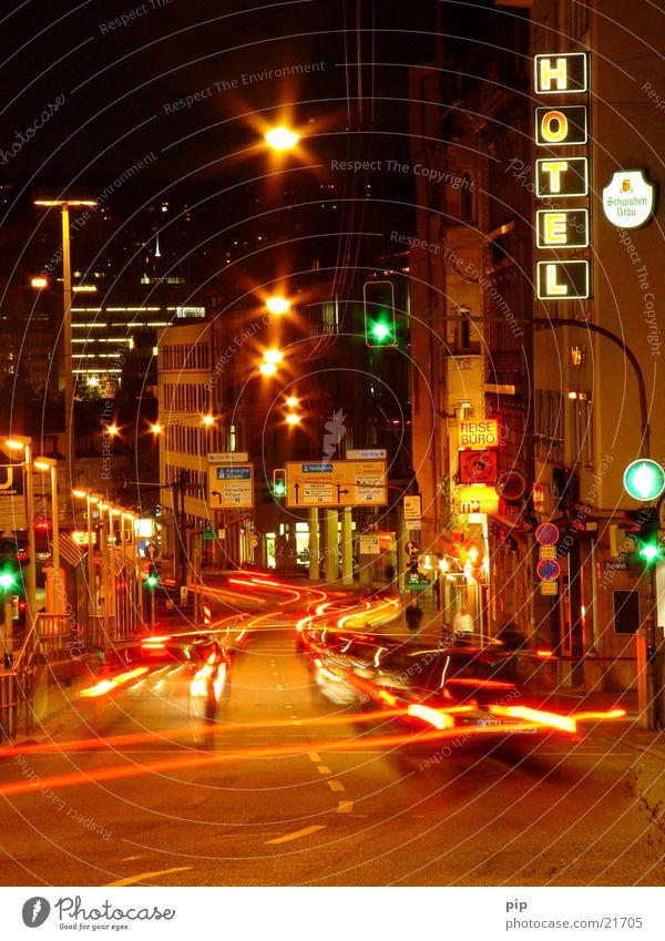 lichter der großstadt grün Stadt Straße PKW Gebäude Deutschland Verkehr KFZ Licht Hotel Verkehrswege Ampel Stuttgart spät unterwegs Verkehrszeichen