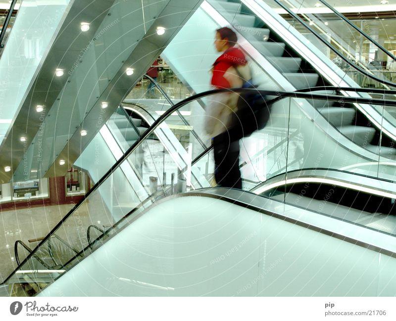 rolltreppe Mensch Mann Stadt rot Einsamkeit Erholung Architektur Traurigkeit Denken kaufen Treppe modern Trauer fahren Technik & Technologie Industrie
