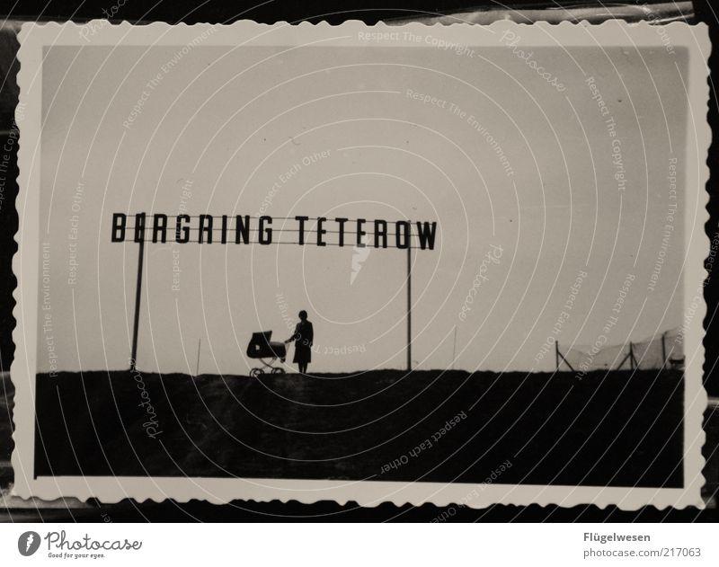 Jedes Jahr zu Pfingsten Teterow Bergring Farbfoto Außenaufnahme analog historisch Postkarte Frau Kinderwagen Schriftzeichen Großbuchstabe Silhouette skurril