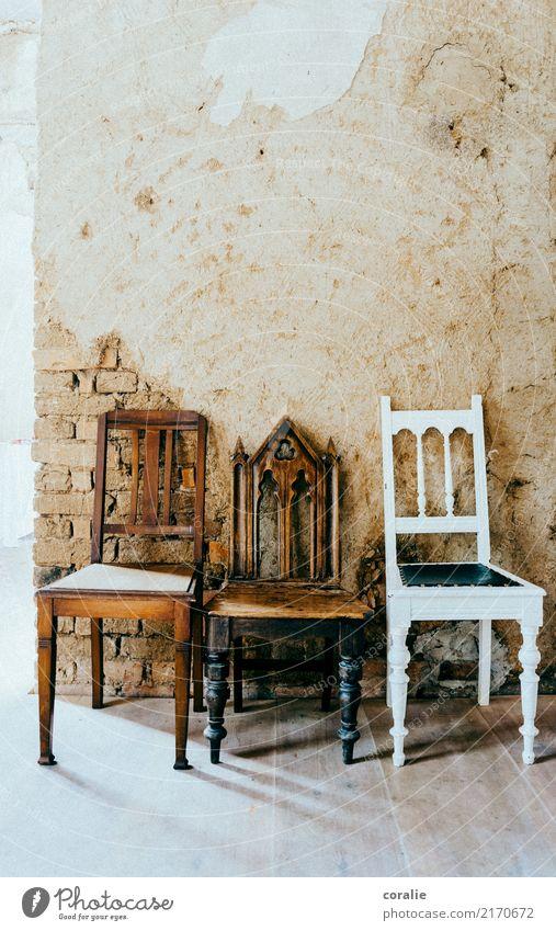 Drei Sammlerstück Zusammenhalt 3 Platzhalter Stuhl Sitzreihe sitzen frei Antiquität Kirche antik Stuhllehne Freundschaft nebeneinander Zusammensein