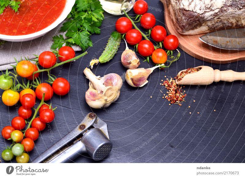 Gazpacho spanische kalte Suppe Gemüse Brot Eintopf Kräuter & Gewürze Ernährung Mittagessen Abendessen Vegetarische Ernährung Diät Teller Löffel Sommer Tisch
