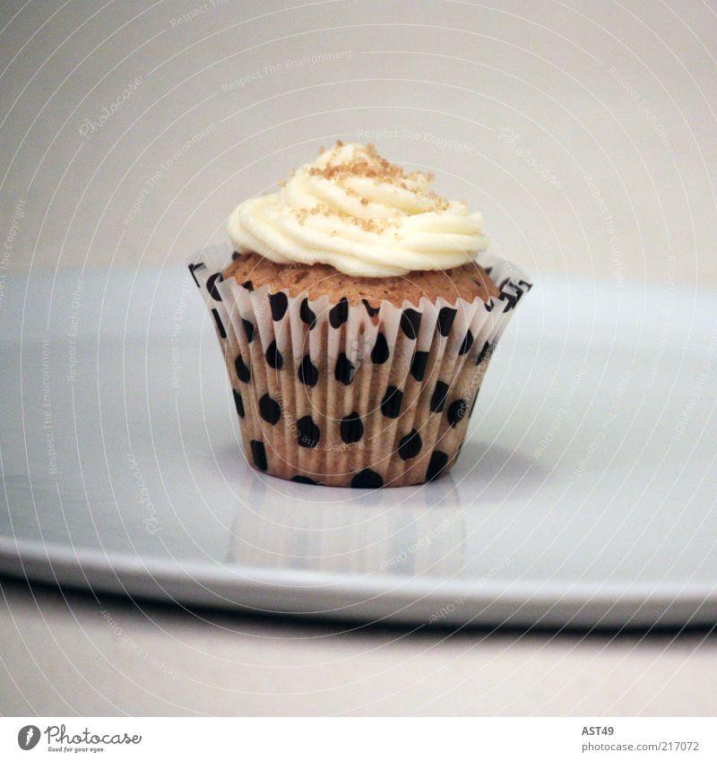 Anti-Diät ! Süßwaren Ernährung Kuchen Törtchen Muffin Sahne Geburtstag genießen hell lecker modern schön süß weiß Freude Völlerei gefräßig Kitsch Menschenleer
