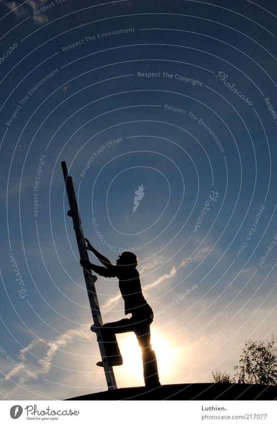 gen Himmel Mensch Mann blau Sonne Wolken schwarz Erwachsene Ferne hoch maskulin außergewöhnlich Hoffnung Neugier einfach Klettern