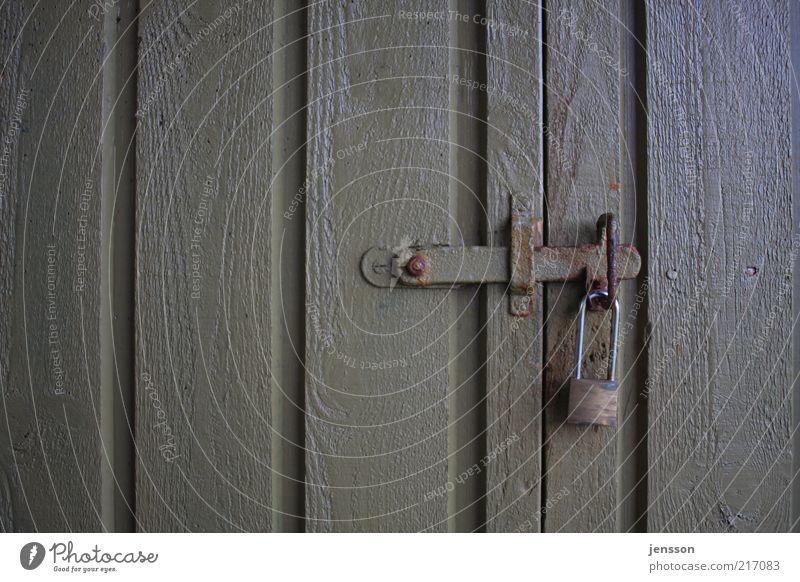 Du kommst hier nicht rein! Tür Schloss geheimnisvoll geschlossen Vorhängeschloss Riegel schließen verfallen Rost lackiert Farbfoto Gedeckte Farben Nahaufnahme