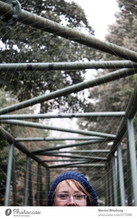 [HH10.1] Winkelblick Mensch Jugendliche blau Erwachsene Junge Frau klein Kopf Metall 18-30 Jahre Brücke Brille einzigartig Bauwerk unten Mütze Stahl