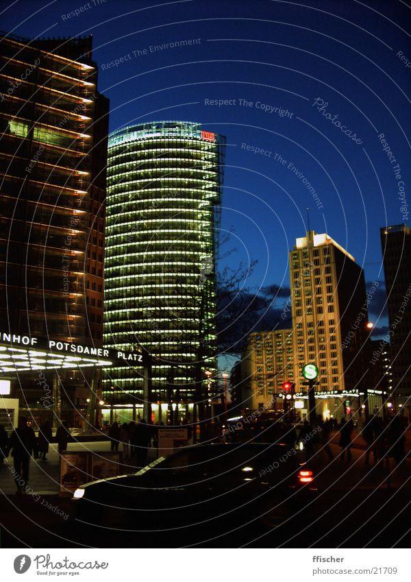 Potsdamer Platz/Berlin Nacht dunkel Licht Eisenbahn S-Bahn Hochhaus Architektur Mensch DB modern Abend