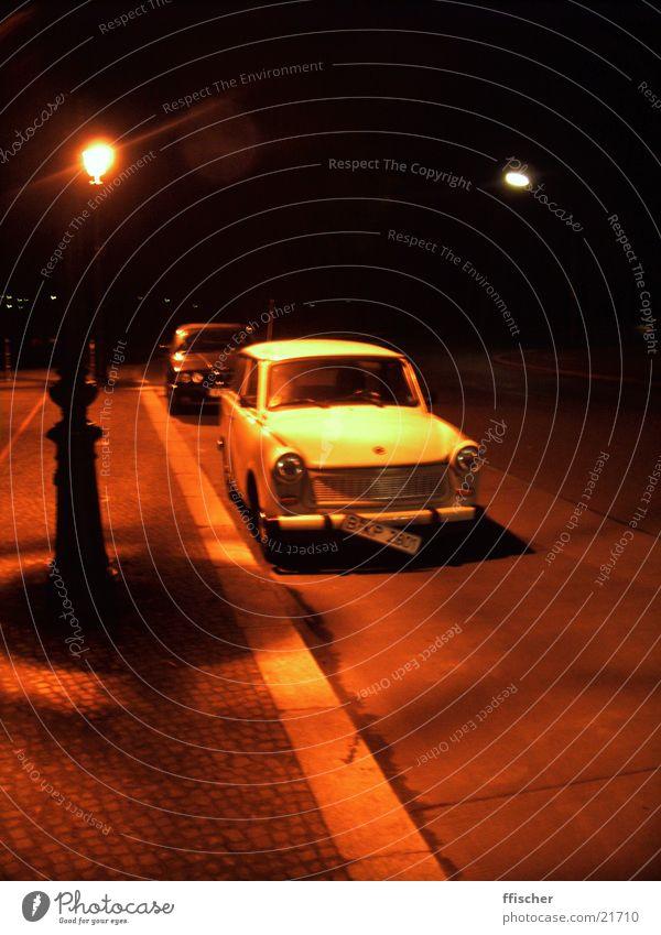 Trabbi bei Nacht rot Straße Berlin Verkehr PKW Trabbi Nummernschild