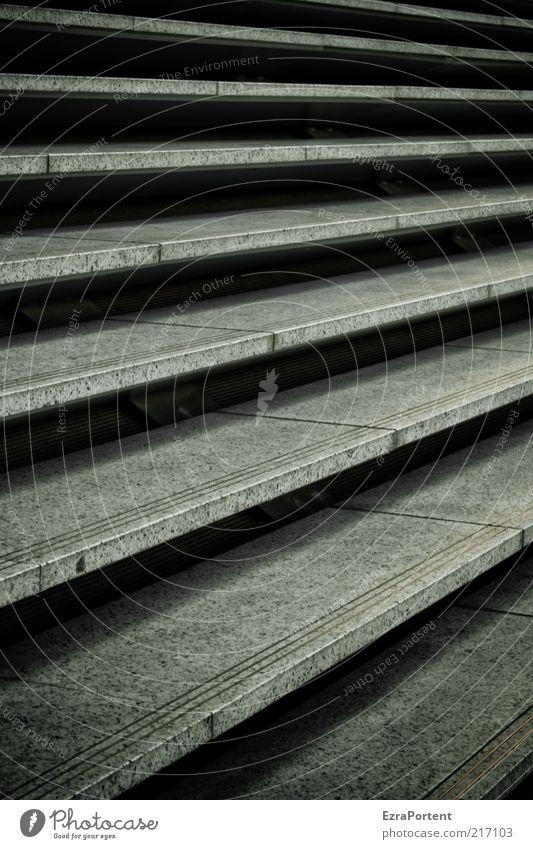Aufwärts/Abwärts? schwarz dunkel kalt Architektur grau Stein Treppe Bauwerk aufwärts Bildausschnitt graphisch Anschnitt Geometrie Symmetrie aufsteigen