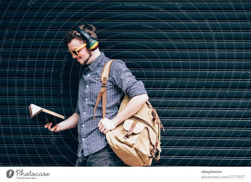 Nahaufnahme auf einem Mann, der eine Bibel am Einkaufszentrum, Lifestyle lesen Mensch Erwachsene Vater Hand Finger Buch Bibliothek Kirche Anzug Krawatte Papier