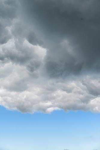 wolkenbruch Luft Himmel Wolken Klima schlechtes Wetter Unwetter bedrohlich blau grau Umwelt Blauer Himmel graue Wolken Farbfoto Außenaufnahme Menschenleer