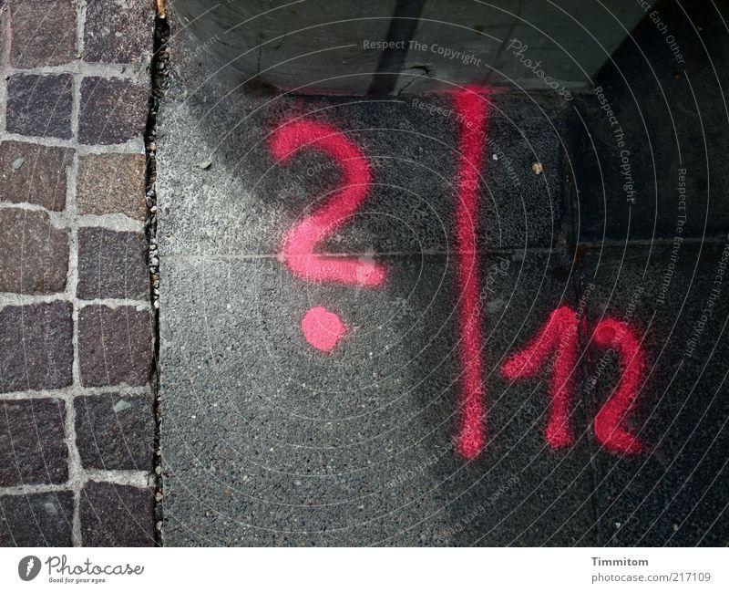 ? l 12 Menschenleer Schriftzeichen Ziffern & Zahlen Fragezeichen rosa Bodenmarkierung Messung Fragen Detailaufnahme Bildausschnitt Steinboden Graffiti gesprüht