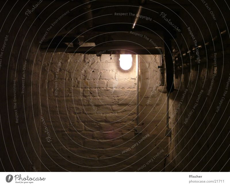 Keller Licht dunkel schwarz unheimlich gruselig böse Haus unten Lichtschalter grauenvoll Architektur Erde