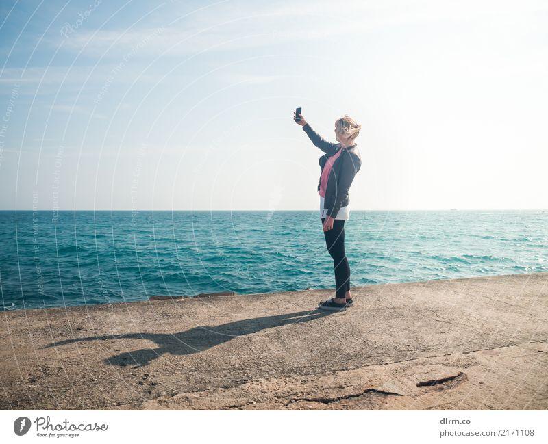 Selfie Frau Ferien & Urlaub & Reisen Jugendliche Junge Frau Stadt Wasser Sonne Meer Strand Erwachsene Tourismus Freiheit Stadtleben Ausflug blond Fotografie