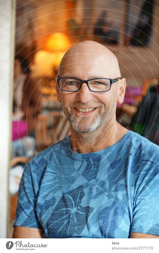 .) Mensch Mann Erholung ruhig Freude Erwachsene Leben natürlich Zufriedenheit maskulin 45-60 Jahre Fröhlichkeit Lebensfreude beobachten Brille Neugier