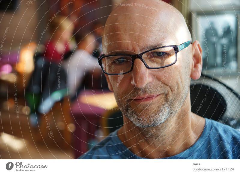 .) Zufriedenheit Raum Mensch Mann Erwachsene Leben Kopf 1 45-60 Jahre Brille Glatze beobachten Denken authentisch Freundlichkeit Neugier positiv Optimismus