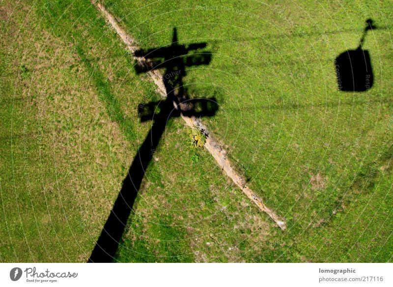 Schwarzfahrer ruhig Natur Wiese Alpen Berge u. Gebirge Seilbahn Schatten Schweben Skilift Freiheit Farbfoto Außenaufnahme Luftaufnahme Menschenleer