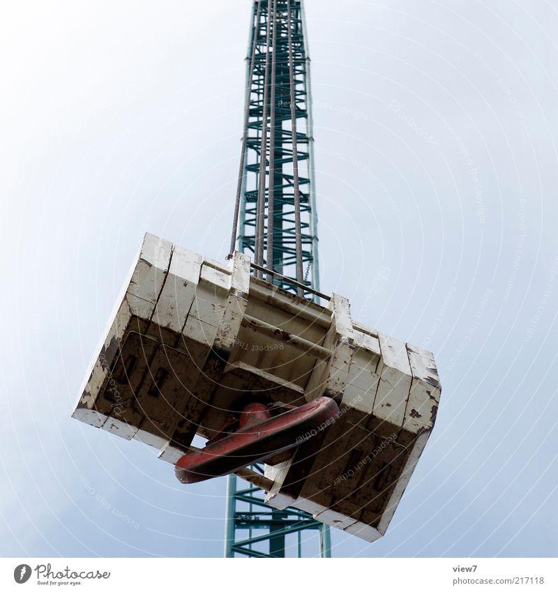 schwer filigran Baustelle Metall groß hoch oben Perspektive Schwerpunkt Kran Haken Autokran kranhaken Gewicht gittermast Farbfoto Gedeckte Farben Außenaufnahme