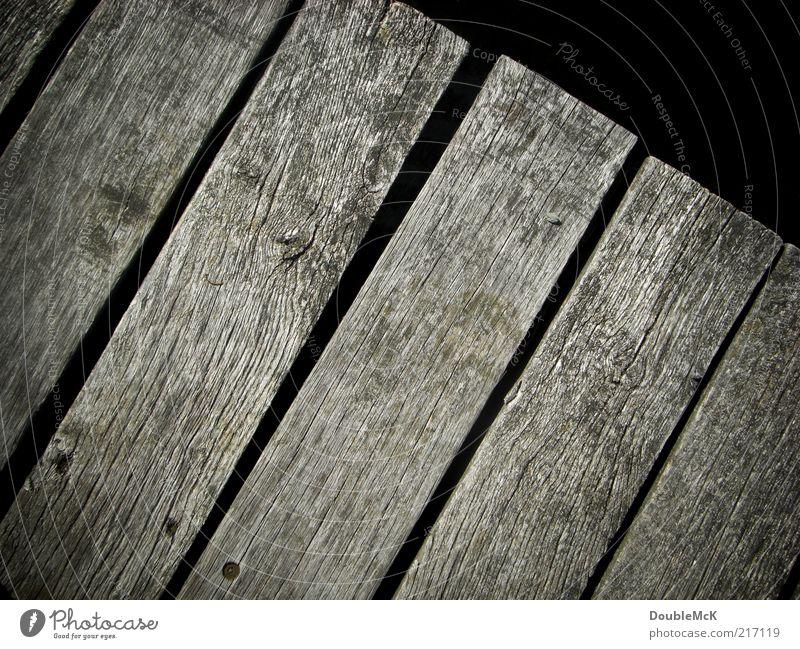 Steg alt ruhig schwarz Holz grau natürlich trist einfach trocken Steg Holzbrett eckig verwittert