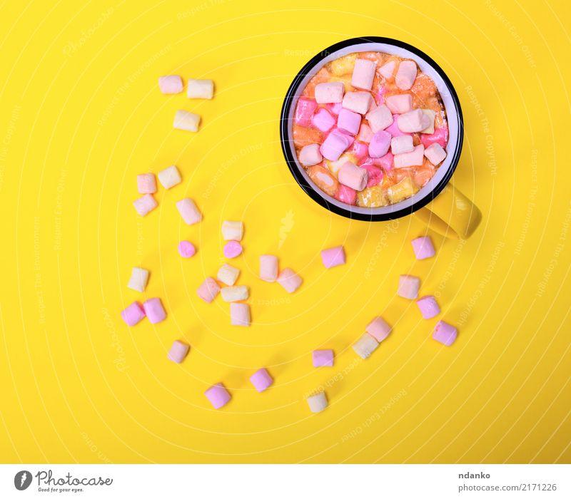 ocoa Getränk in einem gelben Becher Dessert Heißgetränk Kakao Tasse lecker oben rosa Marshmallow trinken Scheibe Top süß Lebensmittel aromatisch Hintergrund