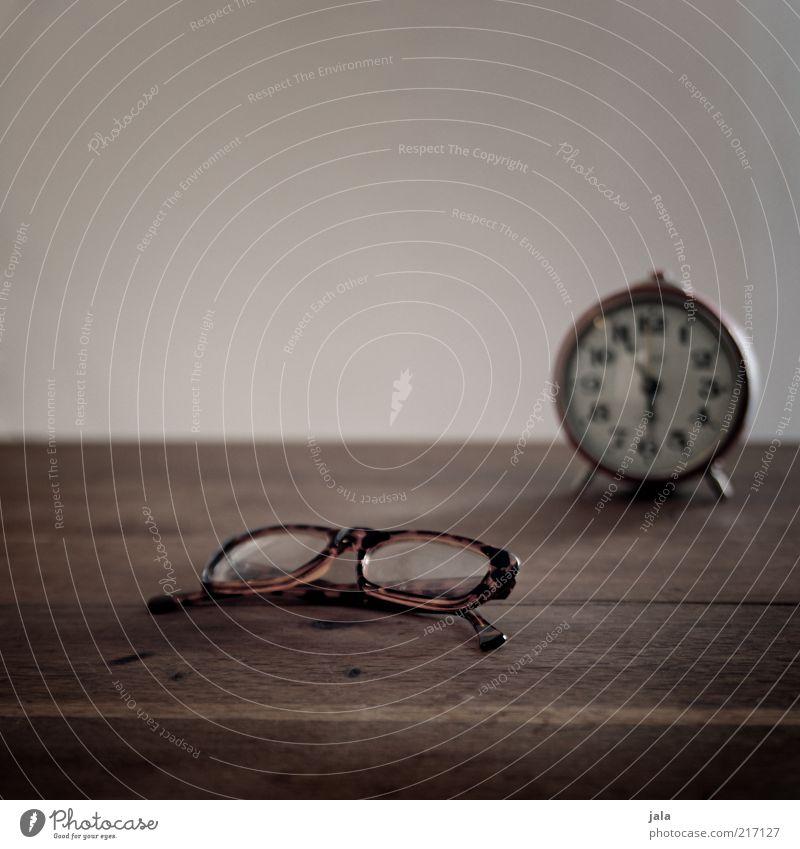 noch 5 minuten... Wohnung Wecker Uhr Brille Tisch Holz braun grau Zeit Sehvermögen Farbfoto Innenaufnahme Menschenleer Textfreiraum oben Textfreiraum Mitte Tag