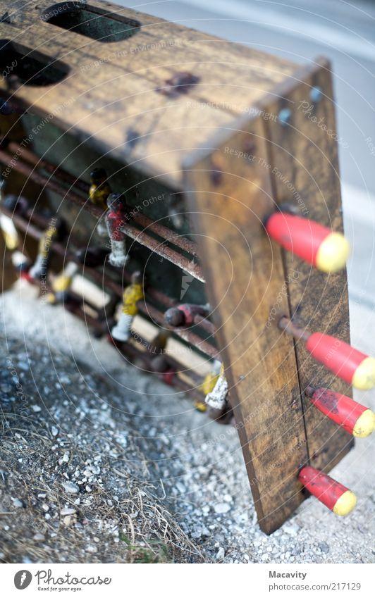 Vertikalkicker alt Holz dreckig kaputt Ende Freizeit & Hobby Vergänglichkeit verfallen Verfall schäbig Anschnitt Bildausschnitt Tischfußball Detailaufnahme abgelaufen unbrauchbar