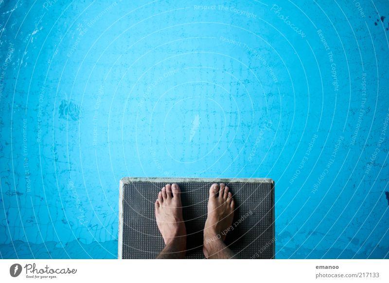 Schritt ins Blaue Schwimmen & Baden Freizeit & Hobby Sport Wassersport Sportler Schwimmbad Mensch Fuß 1 stehen hoch nass blau Turmspringen Farbfoto mehrfarbig
