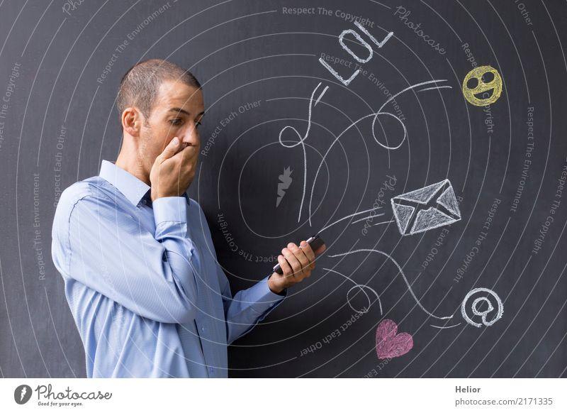 Social media Nutzung per Mobiltelefon mit chat Symbolen Mensch Mann blau Freude Erwachsene gelb Lifestyle Hintergrundbild Gefühle grau maskulin Kommunizieren