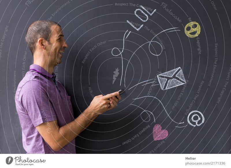 Mann mit Mobiltelefon vor mit Kreide gezeichneten Social Media Symbolen an einer Wandtafel (Thema: Social Media Overload) Lifestyle Freude Handy PDA Internet