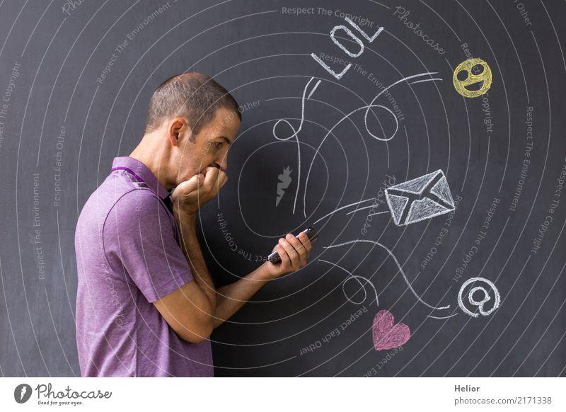 Social media Nutzung per Mobiltelefon mit chat Symbolen Lifestyle Handy PDA Internet maskulin Mann Erwachsene 1 Mensch 30-45 Jahre Medien E-Mail