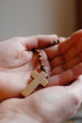 Kreuzträger Hand ruhig Religion & Glaube Holz braun Hoffnung Trauer harmonisch hören Christliches Kreuz Meditation Christentum Gebet Katholizismus Kloster