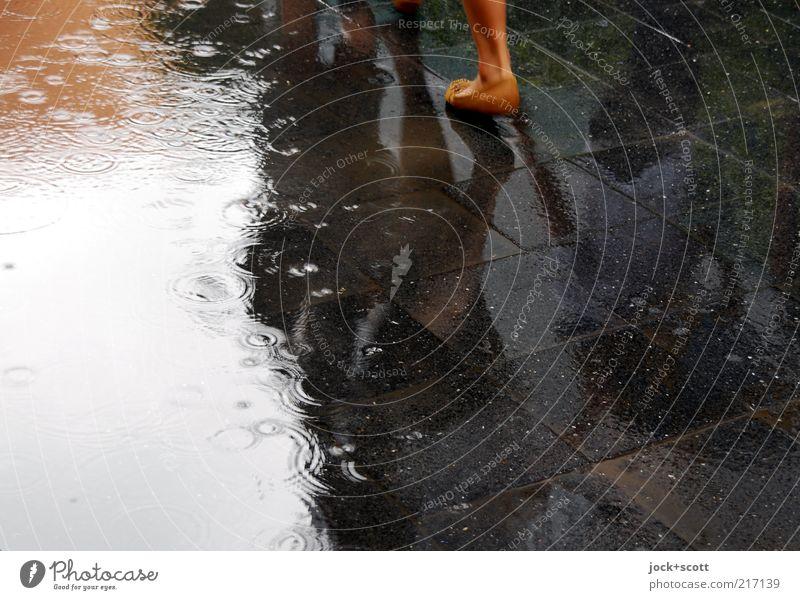 Regenzeit exotisch Städtereise Fuß 1 Mensch schlechtes Wetter Bangkok Platz Schuhe Stein Wasser Bewegung gehen laufen nass schwarz Stimmung trösten achtsam