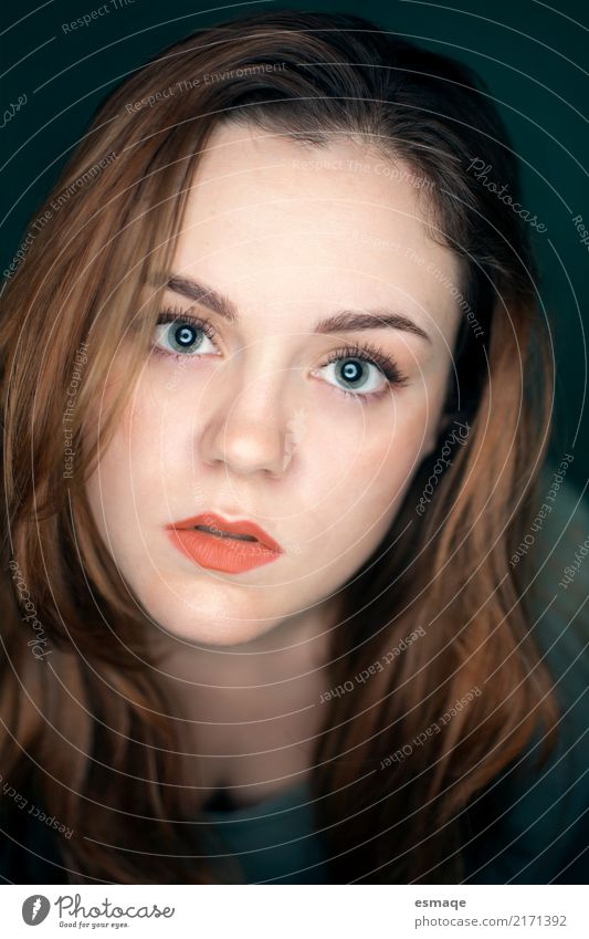 Portrait Mädchen Mensch Frau Jugendliche Junge Frau schön 18-30 Jahre Gesicht Erwachsene feminin außergewöhnlich Haare & Frisuren Denken orange frei 13-18 Jahre