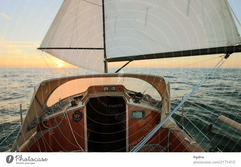 Segeln bei ruhiger See vor dem Wind in den Sonnenaufgang Sonnenuntergang Segelboot Segelschiff Meer Abenteuer Wellen Yachting Wasser Wolkenloser Himmel
