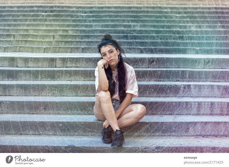 Mensch Jugendliche Junge Frau schön Mädchen 18-30 Jahre Erwachsene Lifestyle Traurigkeit Gefühle feminin Stil Mode Denken Stimmung hell